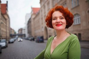 Textilkünstlerin spezialisiert auf Textilschmuck. lebt und arbeite in Berlin.