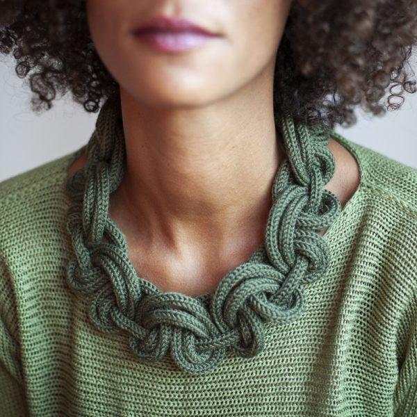 Damenschmuck aus olivgrüner Merinowolle.