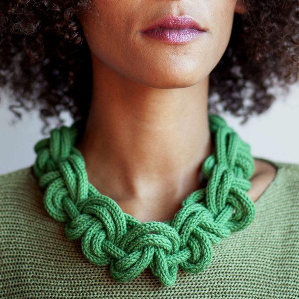 Grasgrüner Modeschmuck aus Wolle gestrickt