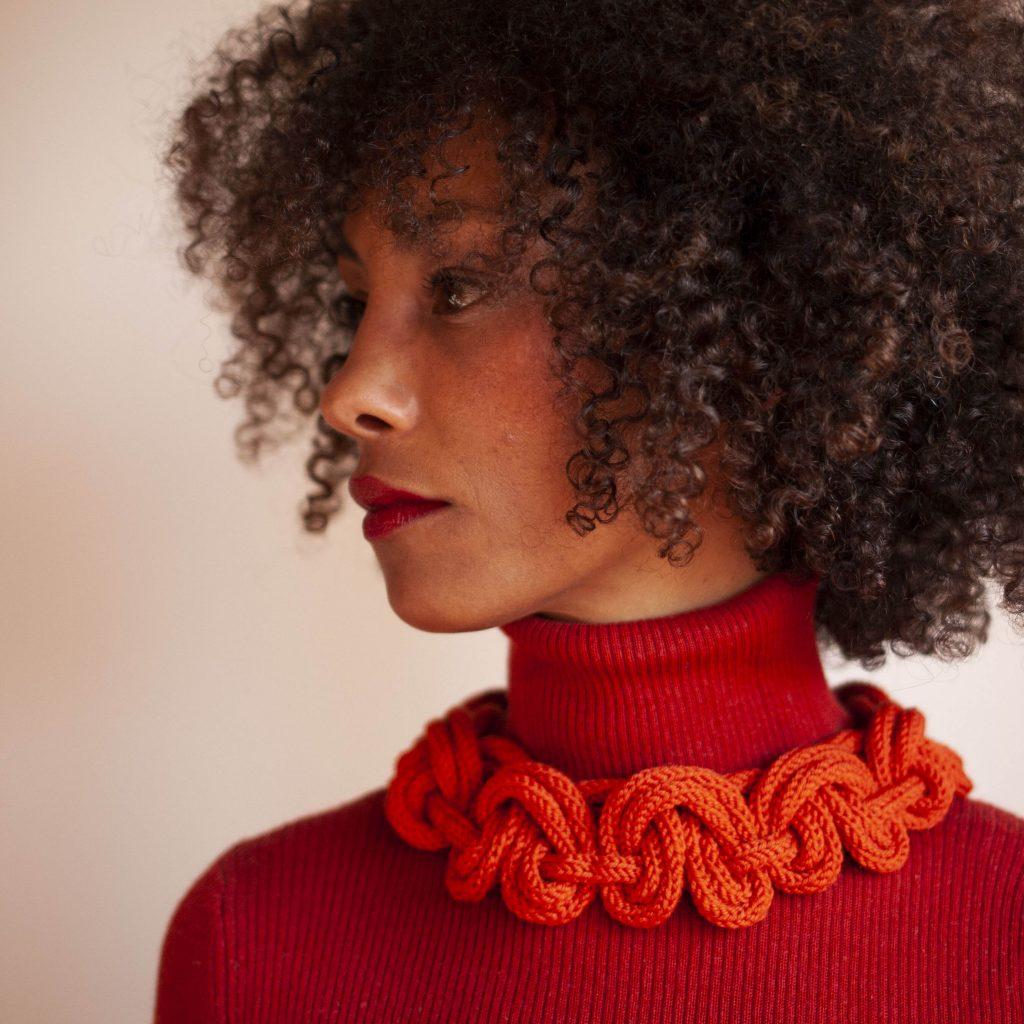 Textilschmuck aus orange Farbener Merinowolle