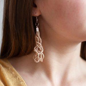 Beigefarbene Ohrhänger für die Modebewusste Frau. Handgemacht aus 100% Baumwolle, made in Berlin.
